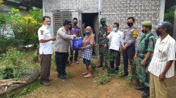 TNI-Polri di Lampung Timur Berikan Bansos Warga Terdampak Covid-19